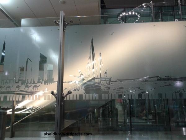 20140418_003150 sambil menunggu keberangkatan ke Jeddah, menikmati interior dalam bandara