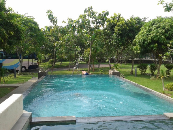 2.kolam renang di Kalicaa Villa