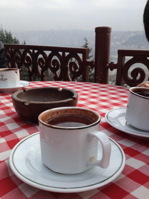 Menikmati coklat panas sebelum pulang