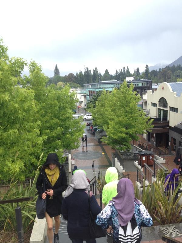 Jalan kali menuju pusat kota di bawah rintik hujan sehabis naik gondola